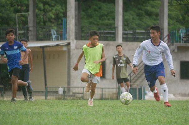 以前と同じようにグラウンドでサッカーの練習をする少年たち=2019年7月、タイ北部メーサイ