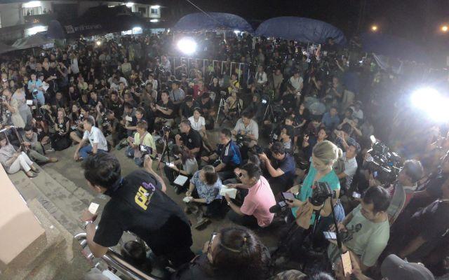 「全員無事救助」の会見を待つ記者たち。世界中から多くのメディアが洞窟付近に集まった=2018年7月、タイ北部メーサイ
