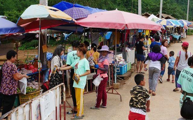 パイナップル畑と砂利道だけだった場所には多くの露店が並んでいた=2019年7月、タイ北部メーサイ