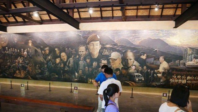 記念館の中には、救出作戦に携わった人たちを描いた大きな壁画が。救出直後からつくりはじめたものといいます=2019年7月、タイ北部メーサイ