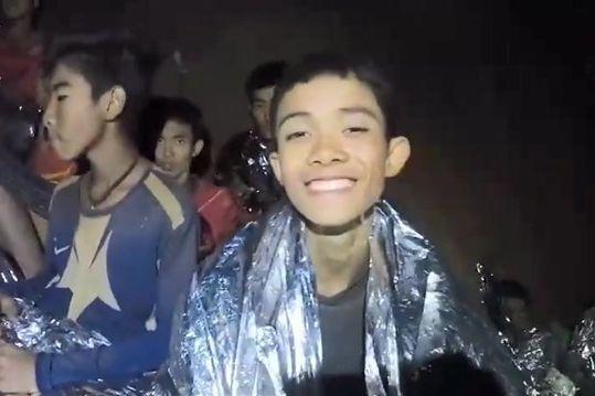 2018年7月、洞窟内で無事発見されたサッカーチームの少年たち