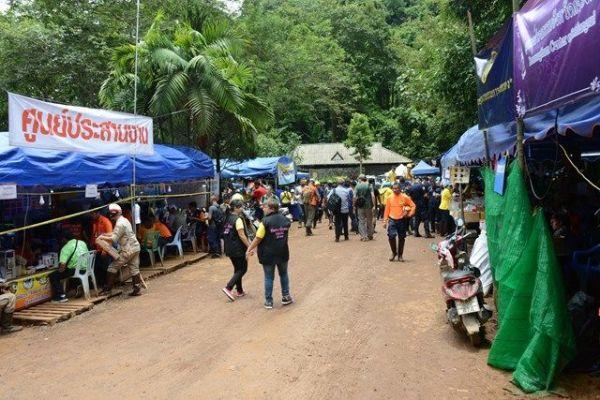 洞窟付近には炊き出しや救助チームの休憩所、メディア用のテントがつくられた