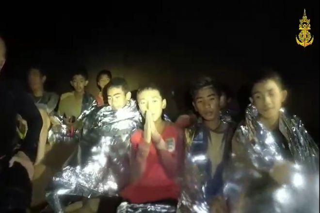 閉じ込められた洞窟で発見された少年たち。タイ国内だけでなく世界中をニュースが駆け巡った=2018年7月