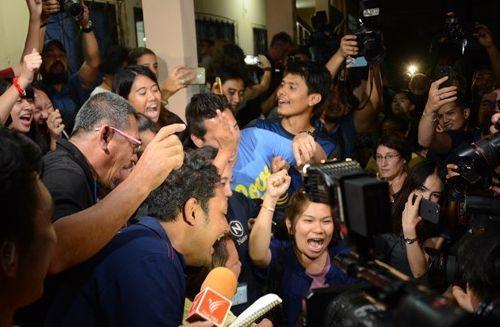 少年たちが全員無事救助され、喜ぶタイメディアの記者たち=2018年7月、タイ北部メーサイ