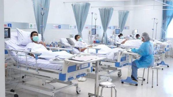 救出後、入院した病院で元気な姿を見せる少年たち