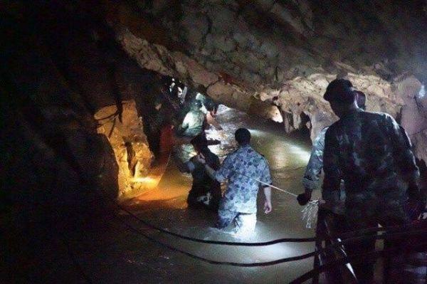 洞窟救出には多くのダイバーが参加した