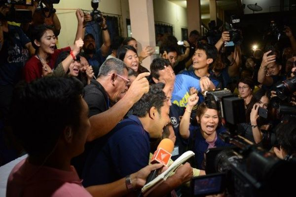全員救出され喜ぶタイメディアの人たち