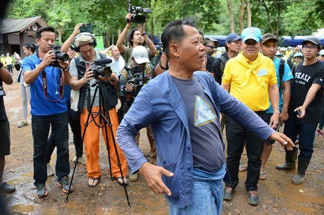 記念館をデザインした、タイでは有名な芸術家、チャラムチャイ・コシピパットさん。無償で協力。その風貌から「タイの山本寛斎」と呼ぶ人もいる=2018年7月、タイ北部メーサイ