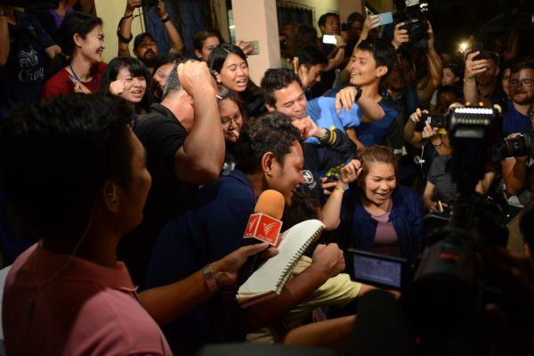 全員救助をきいて喜ぶタイメディアの記者たち