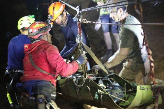 救助活動中、少年たちはほぼ意識のない状態で厳重に保護され、運ばれた