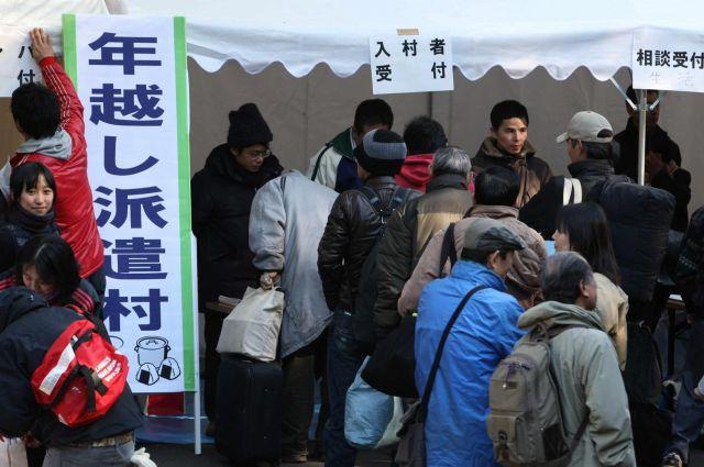 2008年12月31日に生まれた年越し派遣村=東京・日比谷公園