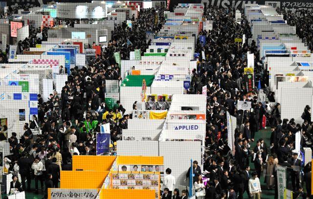 2019年3月1日の会社説明会には大勢の学生が集まり会場は混雑した=福岡市中央区のヤフオクドーム、長沢幹城撮影