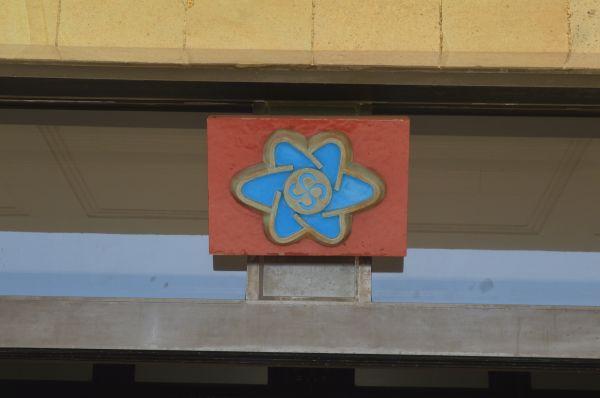 陸上自衛隊通信学校の「本館」玄関にある同校のエンブレム=8月2日、神奈川県横須賀市の久里浜駐屯地