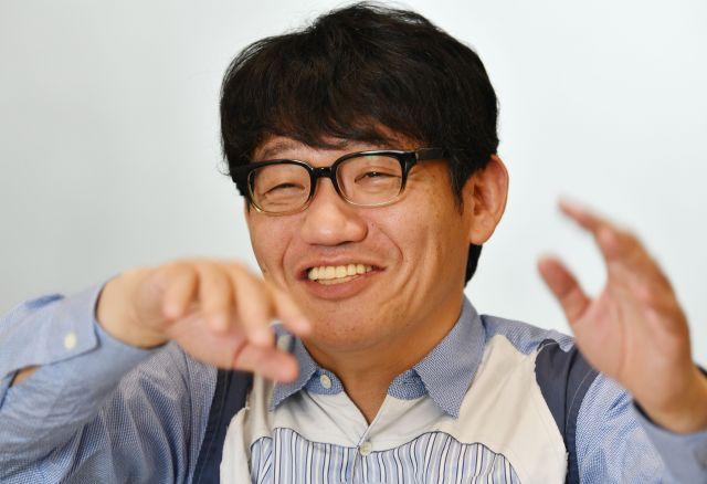 笑顔を見せる飯尾和樹さん=恵原弘太郎撮影