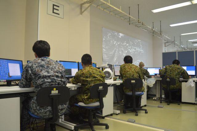 陸上自衛隊通信学校でサイバー攻撃対処の実習に臨む隊員ら