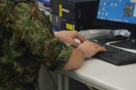 陸上自衛隊通信学校でサイバー攻撃対処の実習に臨む隊員=8月2日、藤田撮影(以下同じ)
