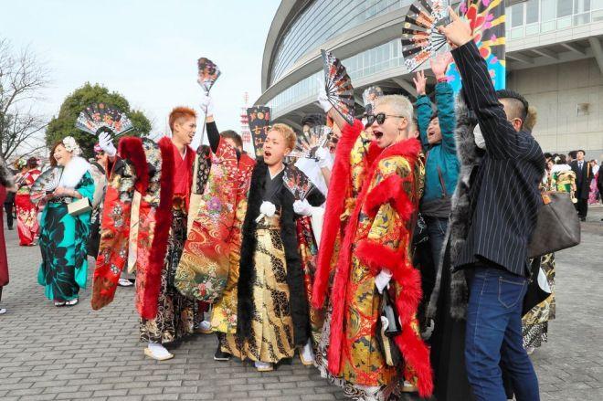 派手な衣装で会場に来た新成人たち=2018年1月7日、北九州市小倉北区、金子淳撮影