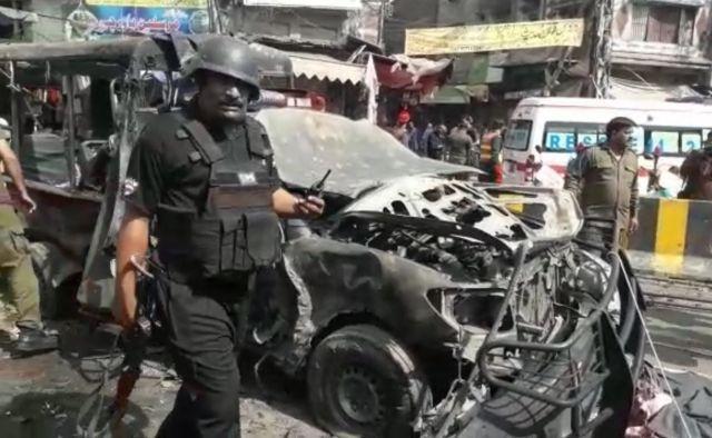 パキスタン東部ラホールで5月8日朝、爆発があり、治安部隊が現場に駆けつけた=地元住民提供