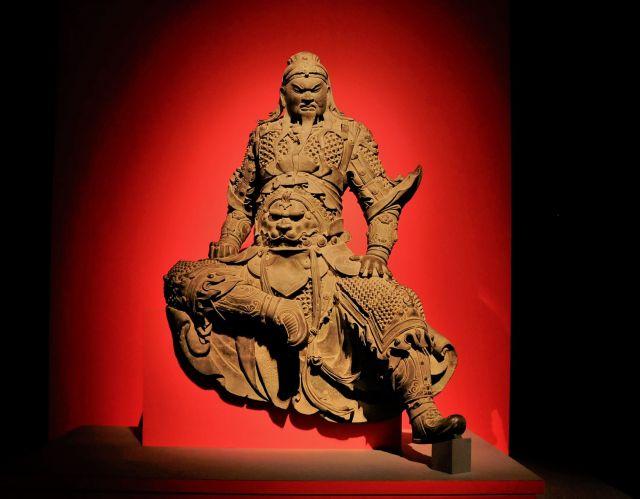 関羽像(青銅製 明時代・15~16世紀 新郷市博物館蔵)。展覧会で一番始めの順路で出くわす青銅製の銅像。「身長九尺三寸」の等身大といい、高さ約2mの銅像は圧巻だ=今村優莉撮影