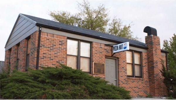 ピザハットの1号店。建物の形が山小屋に似ていたことから「Hut(小屋)」を加えて「Pizza Hut」と命名しました