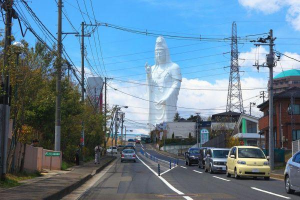 青空の下、車道越しに立ち上がる「仙台大観音」(仙台市・約100メートル)。日常の風景を突き破る存在感に、多くの人々が魅了されている。