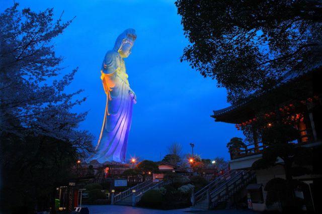 夕闇の中に浮かぶ「高崎白衣大観音」像。精巧なつくりと、美しい造形が特徴だ。地元民からの人気も高い。