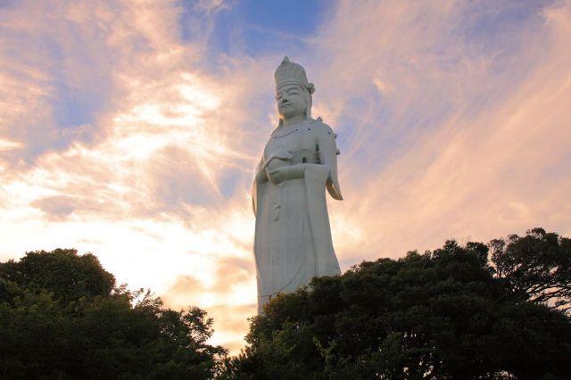 「東京湾観音」は、東京大空襲の犠牲者の追悼などを目的に建てられた。その優しげな表情に、安心感を覚える人が少なくない。