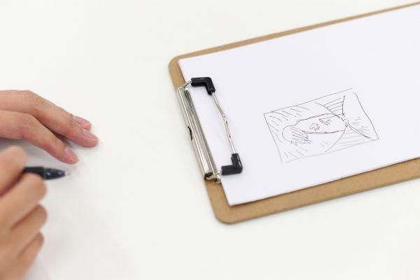 インタビュー中、思春期に学校の課題で描いた絵を振り返った=2019年7月10日、東京都文京区、伊藤進之介撮影
