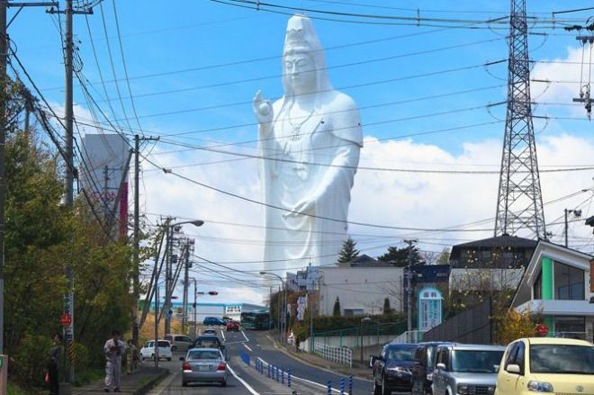 青空の下、車道越しに立ち上がる「仙台大観音」。日常の風景を突き破る存在感に、多くの人々が魅了されています。こうした仏像が「巨大仏」と呼ばれ、全国に点在していることを知っていますか? その深いルーツに迫ります。=半田カメラさん撮影