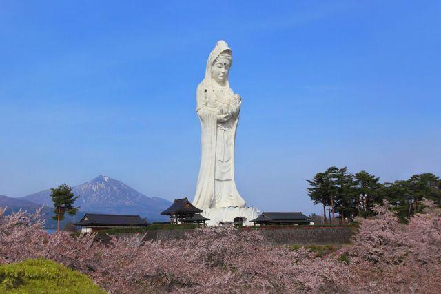 「会津慈母大観音」。周囲に高い建物がなく、ひときわ異彩を放っている。