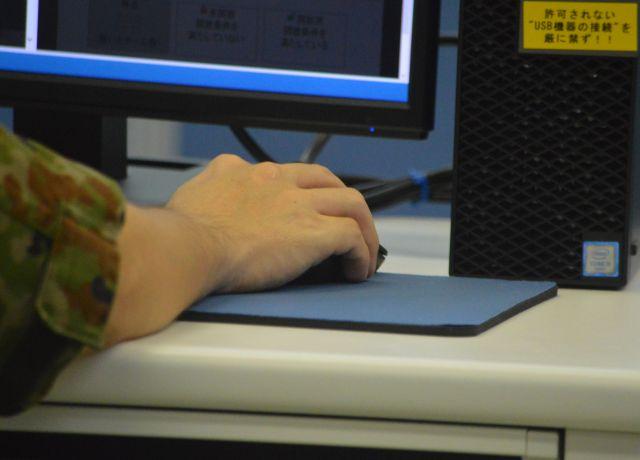 陸上自衛隊通信学校でサイバー攻撃対処の実習に臨む隊員