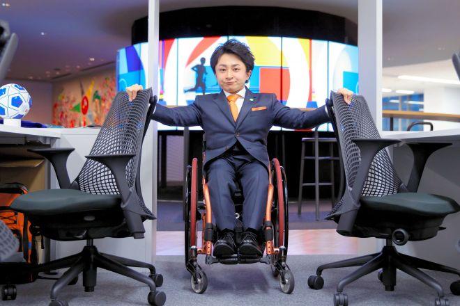 垣内さんは日本財団パラリンピックサポートセンターのオフィスの設計の助言もした。通路の幅やカウンターの高さなど細かく注文した。椅子と椅子の間は車いすが通れる幅になっている=2016年1月21日、金川雄策撮影