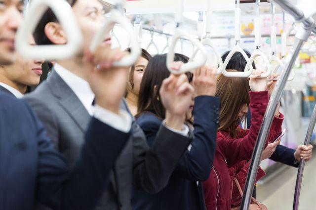 エアコンの効いた満員電車では、風が冷たいと感じたとしても、身動きが取りづらい。対策として、張さんは薄手のショールを持参している。(画像はイメージ)