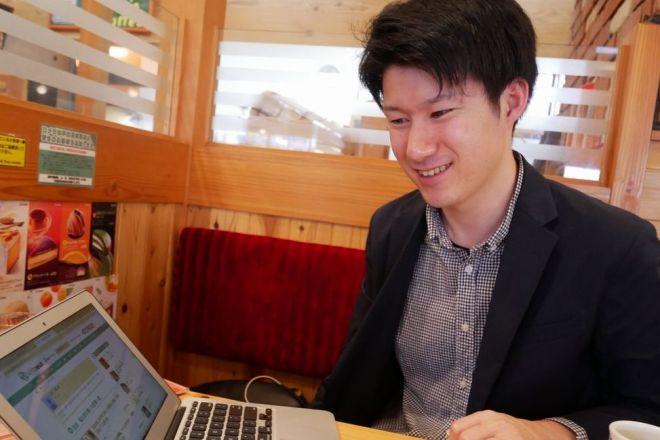 派遣の介護士として働く傍ら、ブログの月収が100万円を超える月もあるという深井竜次さん