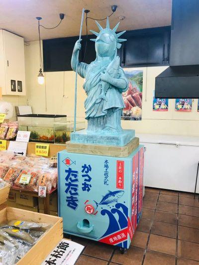 元教え子のお店に設置された「鰹の女神」。橋村さんがデザインしました