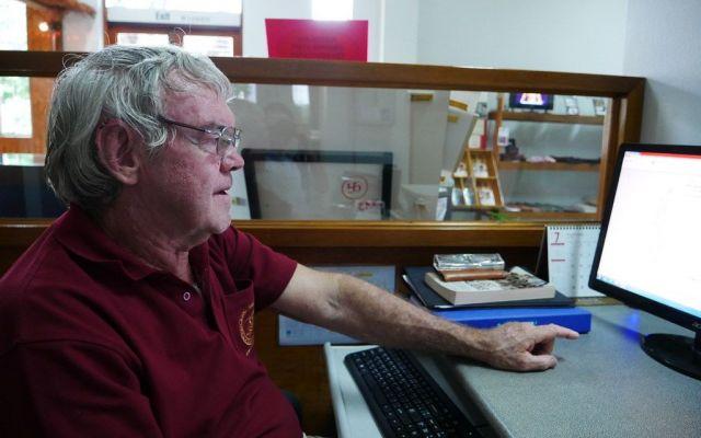 ビーティーさんは毎日数時間、パソコンに向かって捕虜の情報を入力する=2019年7月、タイ中部カンチャナブリ