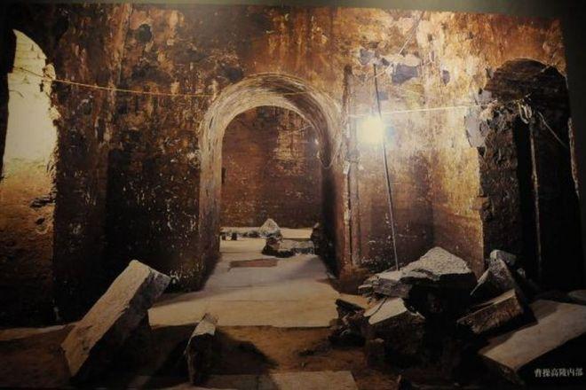 発掘時の曹操高陵内部の写真。研究者が注目したアイテムとは……?=今村優莉撮影