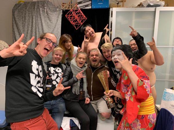 「ヘヴィメタル編み物世界選手権」で優勝した金子さん(着物姿)率いる「GIGA BODY, METAL, from JAPAN」のメンバー