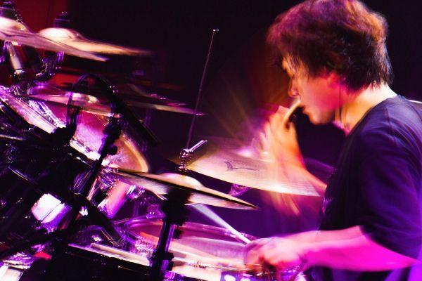 今年6月に開かれたライブで、ドラムをたたくピエール中野さん。スピード感あふれる演奏で、会場をわかせる。=河本悠貴撮影