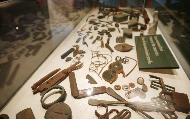 ビーティーさんの建てた博物館内には、自ら歩いて集めた鉄道の部品などが並べられている=2019年7月、カンチャナブリ
