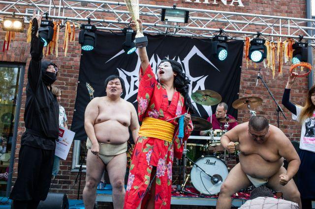 「ヘヴィメタル編み物世界選手権」で優勝したうしろシティの金子学さん(中央)率いる「GIGA BODY, METAL, from JAPAN」=TBSラジオ提供