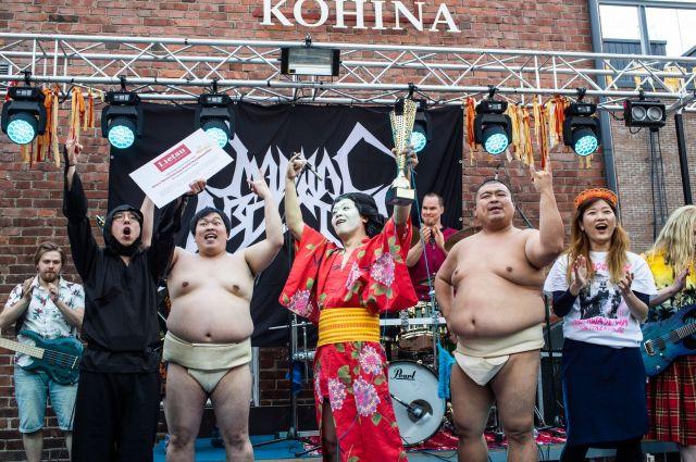 「ヘヴィメタル編み物世界選手権」で優勝した「GIGA BODY, METAL, from JAPAN」のメンバー(左からコーヒールンバ平岡さん、ゆんぼだんぷ藤原さん、金子さん、ゆんぼだんぷカシューさん、ヒコロヒーさん)