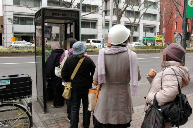 2011年3月11日の東日本大震災直後、携帯電話がつながらず公衆電話に並ぶ市民ら=仙台市