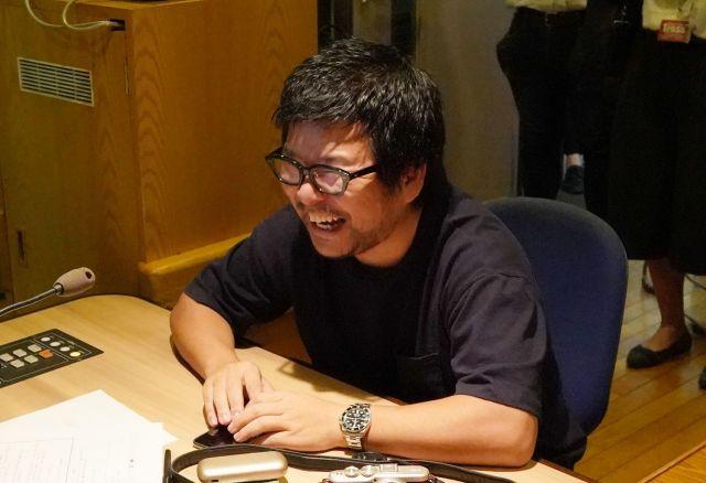 うしろシティの番組収録を見守る宮嵜さん=瀬戸口翼撮影