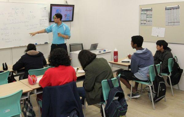 理科の授業を受ける生徒たち=木場キャンパス(東京都江東区)