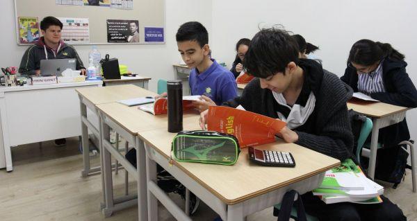 英語の授業を受ける生徒たち=木場キャンパス(東京都江東区)