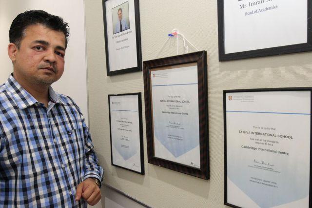 ケンブリッジカリキュラム認定証とイムラン・シェイクヘッドティーチャー=タトゥワインターナショナルスクール木場キャンパス(東京都江東区)