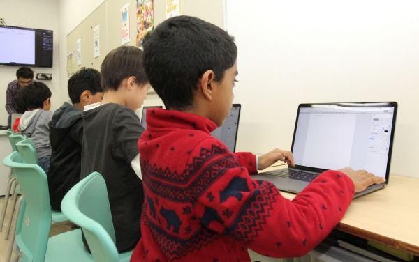 文書作成アプリケーションの使い方を学ぶ生徒たち=木場キャンパス(東京都江東区)