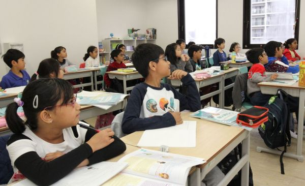 熱心に先生の話に耳を傾ける生徒たち=木場キャンパス(東京都江東区)