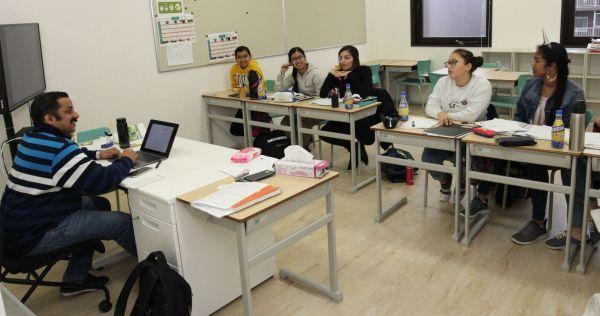 数学を学ぶG11(高2に相当)の生徒たち=木場キャンパス(東京都江東区)